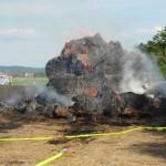 30 Strohballen und über 800 Quadratmeter eines Erbeerfeldes brannten am 11. Mai 2012