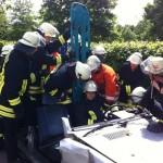 Rettung eines Verletzten aus einem Unfall-PKW