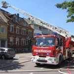 Die Drehleiter der Abteilung Blankenloch kam bei einem Dachstuhlbrand in Weingarten zum Einsatz