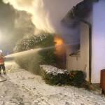 Mit mehreren Rohren gingen die Einsatzkräfte gegen den Brand vor