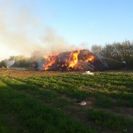 Mehrere hundert Strohballen brennen in voller Ausdehnung.