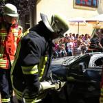Feuerwehr zum Mitmachen: Öffnen einer Tür mit dem Spreizer.